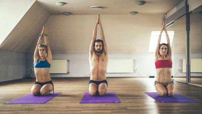 Die schreckliche Wahrheit hinter Bikram Yoga