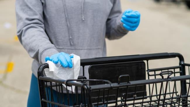 Das Tragen von Handschuhen erhöht die Sicherheit vor einer COVID-19-Infektion