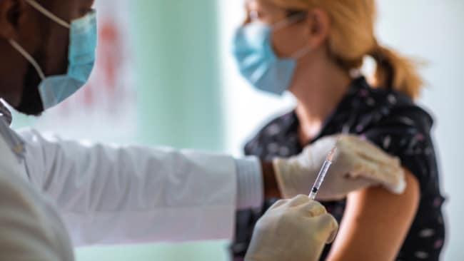 Personen, die den Coronavirus-Impfstoff nicht erhalten, könnten an einigen Orten verboten werden
