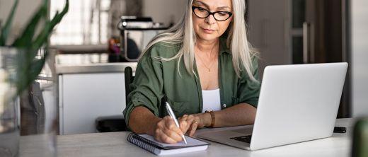 Ältere Frau arbeitet im Homeoffice
